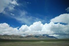 Ο μπλε ουρανός και τα άσπρα σύννεφα στοκ φωτογραφίες με δικαίωμα ελεύθερης χρήσης