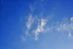 Ο μπλε ουρανός και το άσπρο υπόβαθρο σύννεφων Στοκ εικόνες με δικαίωμα ελεύθερης χρήσης