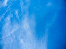 Ο μπλε ουρανός καλύπτει το υπόβαθρο Στοκ Εικόνες