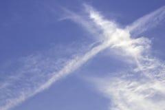 Ο μπλε ουρανός με τις γραμμές υποβάθρου σύννεφων κόβει Στοκ φωτογραφίες με δικαίωμα ελεύθερης χρήσης