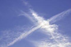 Ο μπλε ουρανός με τις γραμμές υποβάθρου σύννεφων κόβει Στοκ Εικόνες