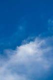 Ο μπλε ουρανός με τις γραμμές υποβάθρου σύννεφων κόβει Στοκ φωτογραφία με δικαίωμα ελεύθερης χρήσης