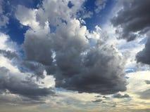 Ο μπλε ουρανός με το σωρείτη καλύπτει το υπόβαθρο Στοκ Φωτογραφίες