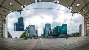 Ο μπλε ουρανός LE Grande Arche καλύπτει το στο κέντρο της πόλης πανόραμα του Παρισιού Στοκ Εικόνα