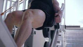 Ο μυϊκός ισχυρός τύπος bodybuilder εκτελεί έναν Τύπο ποδιών πλατφορμών άσκησης κατά τη διάρκεια της δύναμης που εκπαιδεύει να χτί απόθεμα βίντεο