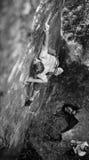 Ο μυϊκός ορειβάτης βράχου αναρριχείται στον τοίχο απότομων βράχων με το σχοινί Στοκ φωτογραφία με δικαίωμα ελεύθερης χρήσης