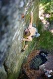 Ο μυϊκός ορειβάτης βράχου αναρριχείται στον τοίχο απότομων βράχων με το σχοινί Στοκ Εικόνες