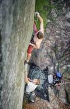 Ο μυϊκός ορειβάτης βράχου αναρριχείται στο overhanging απότομο βράχο Στοκ Φωτογραφίες