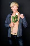 Ο μυϊκός όμορφος τύπος με αυξήθηκε στο χέρι του Στοκ Φωτογραφίες