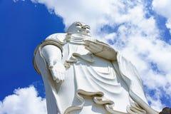Ο μόνιμος λευκός Βούδας σε ένα υπόβαθρο του μπλε ουρανού Στοκ Εικόνα