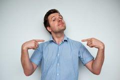 Ο μόνος-ικανοποιώντας και υπερήφανος καυκάσιος νεαρός άνδρας κοιτάζει προς τα εμπρός στοκ εικόνες με δικαίωμα ελεύθερης χρήσης