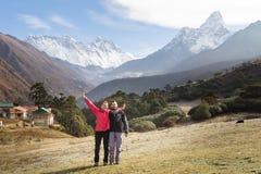 Ο μόσχος ταΐζει τα λιβάδια στην μπροστινή αιχμή βουνών Ama Dablam Νεπάλ Στοκ Φωτογραφία