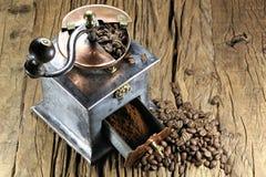 ο μύλος καφέ ανασκόπησης απομόνωσε το λευκό Στοκ φωτογραφία με δικαίωμα ελεύθερης χρήσης
