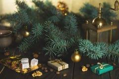 Ο μύλος καφέ, τα φασόλια καφέ και το χριστουγεννιάτικο δέντρο διακλαδίζονται σε έναν ξύλινο πίνακα Στοκ φωτογραφία με δικαίωμα ελεύθερης χρήσης