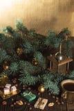 Ο μύλος καφέ, τα φασόλια καφέ και το χριστουγεννιάτικο δέντρο διακλαδίζονται σε έναν ξύλινο πίνακα Στοκ εικόνα με δικαίωμα ελεύθερης χρήσης