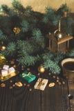 Ο μύλος καφέ, τα φασόλια καφέ και το χριστουγεννιάτικο δέντρο διακλαδίζονται σε έναν ξύλινο πίνακα Στοκ Φωτογραφία
