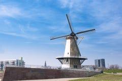 Ο μύλος στις Κάτω Χώρες ανοιχτός χώρος μπλε ουρανός Ταξίδι στην Ευρώπη horizont στοκ εικόνες