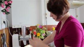 Ο μύλος κάνει μια γυναίκα απόθεμα βίντεο