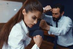 Ο νέοι επιχειρηματίας και η επιχειρηματίας ανταγωνίζονται στοκ εικόνα