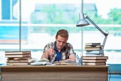 Ο νέος άνδρας σπουδαστής που προετοιμάζεται για τους διαγωνισμούς γυμνασίου Στοκ φωτογραφίες με δικαίωμα ελεύθερης χρήσης