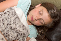 Ο νέος άρρωστος έφηβος βρίσκεται στον καναπέ Στοκ Εικόνες
