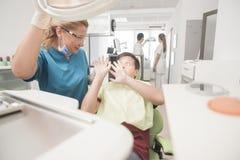 Ο νέος έφηβος είναι τρομαγμένος του οδοντιάτρου στοκ εικόνες με δικαίωμα ελεύθερης χρήσης
