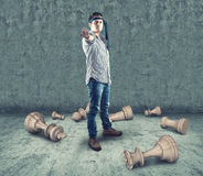 Ο νέος έφηβος σπάζει τα κομμάτια σκακιού στοκ εικόνες