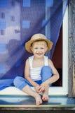 Ο νέος αγρότης κάθεται στη στρωματοειδή φλέβα παραθύρων Στοκ Εικόνες