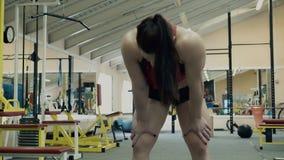 Ο νέος αθλητής αθλητικός που συμμετείχε στην ικανότητα, στη γυμναστική, ήταν κουρασμένος, έπαιρνε να πιάσει την αναπνοή της απόθεμα βίντεο