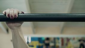 Ο νέος αθλητής που ασχολείται με την ικανότητα, στη γυμναστική, σηκώνει στο φραγμό Κινηματογράφηση σε πρώτο πλάνο φιλμ μικρού μήκους