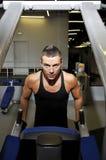 Ο νέος αθλητής τραβά το σώμα στο sportclub Στοκ Φωτογραφία