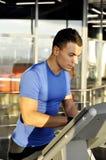 Ο νέος αθλητικός τύπος περιλαμβάνει treadmill Στοκ εικόνα με δικαίωμα ελεύθερης χρήσης