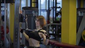 Ο νέος αθλητής αυξάνει το βάρος για την άντληση των μυών στη γυμναστική φιλμ μικρού μήκους