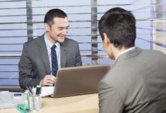 Ο νέος ανώτερος υπάλληλος είναι ευχαριστημένος από τα αποτελέσματα Στοκ Εικόνα