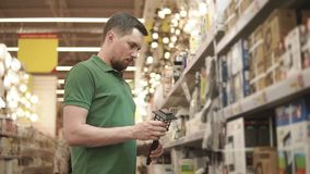 Ο νέος αρσενικός αγοραστής κρατά τον ηλιακός-τροφοδοτημένο λαμπτήρα διαθέσιμο στην περιοχή αγορών φιλμ μικρού μήκους