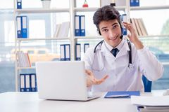 Ο νέος αρσενικός γιατρός στην έννοια telehealth Στοκ Φωτογραφία