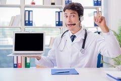 Ο νέος αρσενικός γιατρός στην έννοια telehealth Στοκ εικόνα με δικαίωμα ελεύθερης χρήσης
