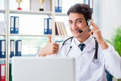 Ο νέος αρσενικός γιατρός στην έννοια telehealth Στοκ Φωτογραφίες