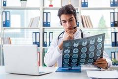 Ο νέος αρσενικός γιατρός στην έννοια telehealth Στοκ φωτογραφία με δικαίωμα ελεύθερης χρήσης