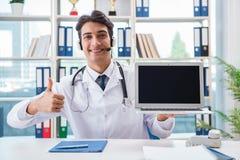 Ο νέος αρσενικός γιατρός στην έννοια telehealth Στοκ Εικόνα