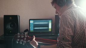 Ο νέος αρσενικός μουσικός συνθέτει και καταγράφει την ηχητική λωρίδα παίζοντας την κιθάρα χρησιμοποιώντας τον υπολογιστή, τα ακου φιλμ μικρού μήκους