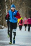 Ο νέος αρσενικός δρομέας έντυσε για τα χειμερινά τρεξίματα Στοκ φωτογραφία με δικαίωμα ελεύθερης χρήσης