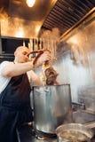 Ο νέος αρχιμάγειρας με τα μαγειρευμένα καβούρια Dungeness Στοκ Εικόνα