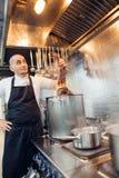 Ο νέος αρχιμάγειρας με τα μαγειρευμένα καβούρια Dungeness Στοκ Φωτογραφίες