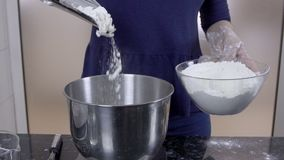 Ο νέος αρχιμάγειρας χύνει το αλεύρι στο κύπελλο στην κουζίνα του εστιατορίου απόθεμα βίντεο