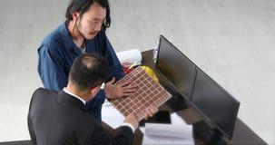 Ο νέος αρχιτέκτονας παρουσιάζει την εργασία του στο σύγχρονο γραφείο απόθεμα βίντεο