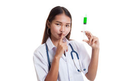 Ο νέος ασιατικός θηλυκός γιατρός με τη σύριγγα παρουσιάζει ήρεμο σημάδι Στοκ Φωτογραφία