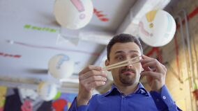 Ο νέος αστείος τύπος κλείνει τη μύτη με κινεζικά chopsticks λόγω της κακής μυρωδιάς απόθεμα βίντεο
