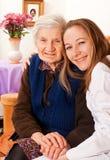 Ο νέος γιατρός κρατά τα ηλικιωμένα χέρια γυναικών Στοκ Εικόνες