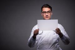Ο νέος γιατρός που εργάζεται στον υπολογιστή ταμπλετών Στοκ φωτογραφία με δικαίωμα ελεύθερης χρήσης